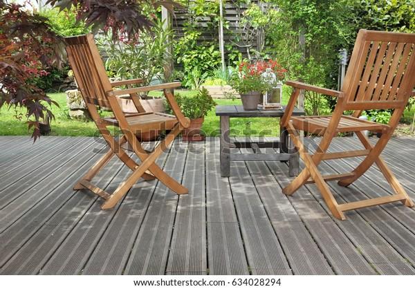 entspannende Holzterrasse im Garten