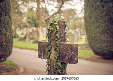 Croix religieuse au cimetière. Scène d'un ancien cimetière européen avec une pierre tombale en forme de croix à l'avant.