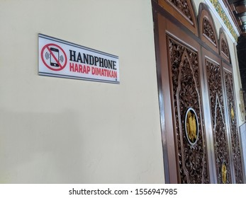 """Reminder """"Please silence your cell phone"""" in a mosque"""