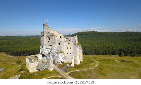 Renovation the castle in Mirow (Poland) - A monumental castle building lies on a hill.