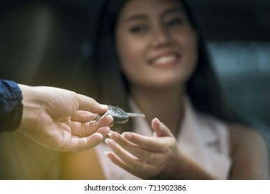 Rent a used car guy, customer get the keys back to the car rental company. Market of car rental continues to grow for tourists.Because there are many cars. But the used car is quite high risk.