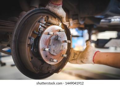 Repair brake drums, replace new brake pads, hand brakes and cylindrical brake drums Rear brake drum set at suv and pick up car