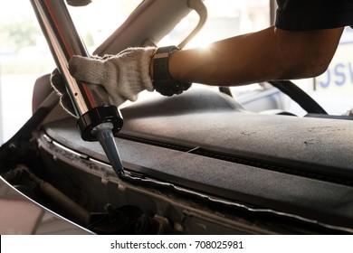 Reparatur und Installation von Autoglas, der zerbrochenen Windschutzscheibe bei Autounfällen,