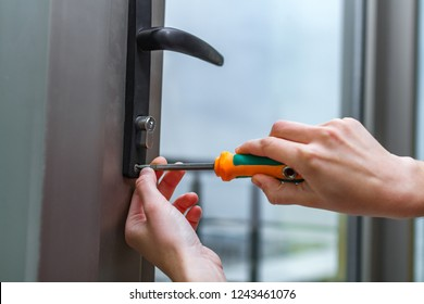 Repair the keyhole in the glass door with a screwdriver
