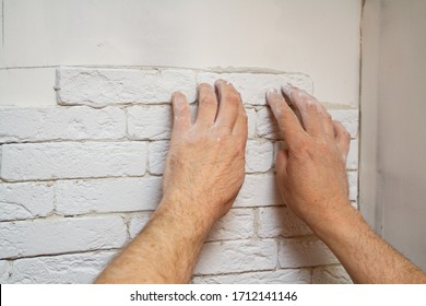 Repair with your own hands at home. Laying gypsum tiles in rows on the wall vertically.