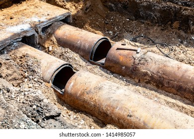 Replacement of heating pipes and modernization of the heating system. Repair of old rusty metal pipes. Construction works on large iron pipes at a depth of excavated trench