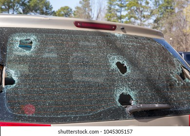 交換,自動車ガラスのウィンドスクリーンが破壊された霰の嵐による損傷