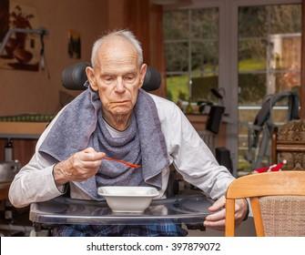 Sorgfältige Senioren essen