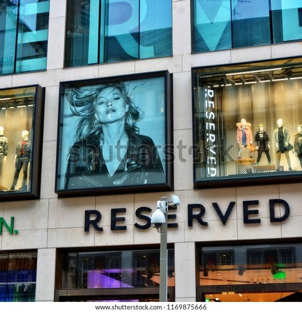 Brauch bis zu 80% sparen am modischsten Reserved United Colors Benetton Shop Window Stock Photo ...