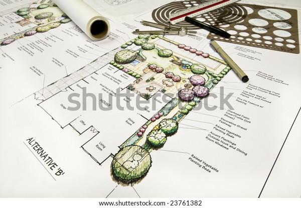 Landschaftsplanung für die Hinterhofshalle mit Zeichenausrüstung.