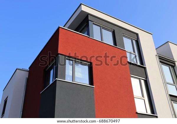 Wohnhaus mit moderner Fassadenmalerei, Außenaufnahme