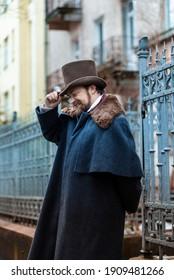 Angesehener Senfmann in klassischer Retro-Kleidung, Mantel und Hut.