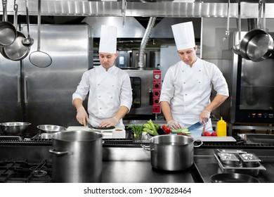 Das Restaurant beschäftigt Küchen, Küchenchef und Köche, die an ihren Geschäften arbeiten