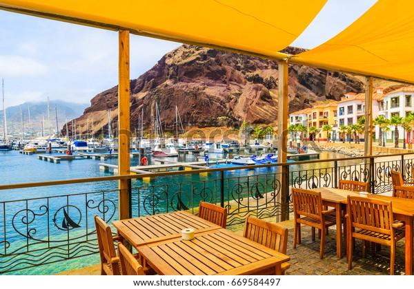 Restaurant Terrasse im Segelhafen an der Küste der Insel Madeira, Portugal