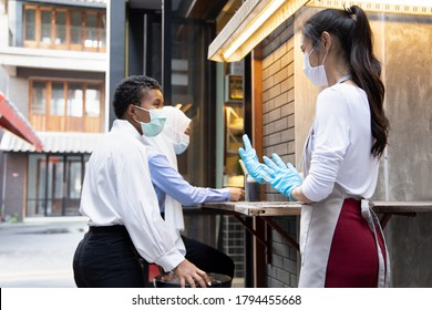 trabajador de restaurantes solicitando al cliente que se sienta lejos de otros clientes, concepto de distanciamiento social o de mantener la distancia física en una nueva práctica comercial normal
