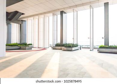 Rustruimte van een gebouw, ruime ruimte in een gebouw.interieur van modern kantoor, Abstracte Achtergrond. Winkel, interieur, kantoor, elegante krukken heldere hal,