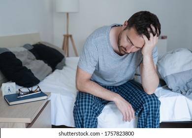 Ruheloses Mann, das früh mit Kopfschmerzen aufwacht nach rauer Nacht