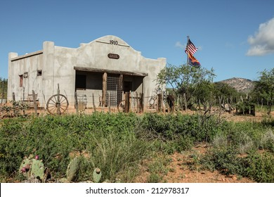 Restored 1910 jail building in Wild West countryside/Old Jail in Wild West/Restored old 1910 jail in desert countryside