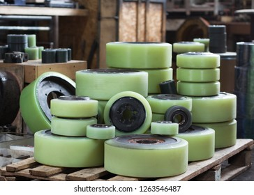 restored in the workshop of the polyurethane tires of the wheels of forklifts