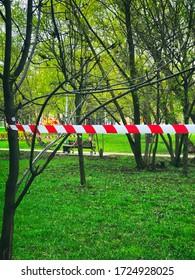 cinta restrictiva, el parque de la ciudad está cerrado por caminar, cuarantine coronavirus covid-19, sin personas, foto de smartphone