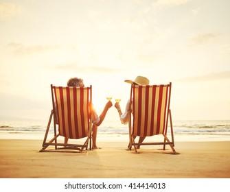 Ruhehunde, die den Sonnenuntergang beobachten und ein Glas Wein genießen