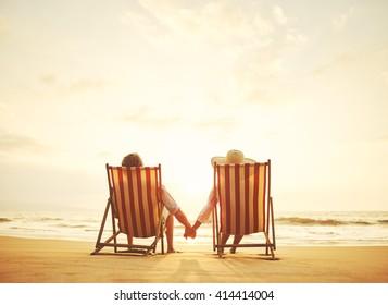 Ruhehunde beobachten Sonnenuntergang auf Vintage-Liegestühlen