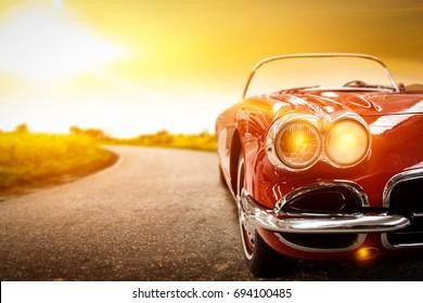ретро автомобиль на дороге и золотое осеннее пространство