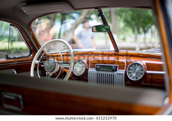 Retro-Auto, Retro-Torpedo-Auto, Vintage-Lenkrad, Tachometer