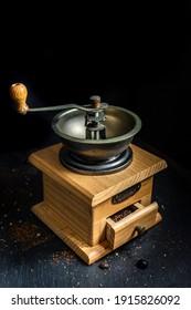 Molino de café relleno con café molido - foco selectivo