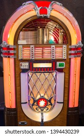 Retro jukebox: Music and Dance in bars in the 1950s.