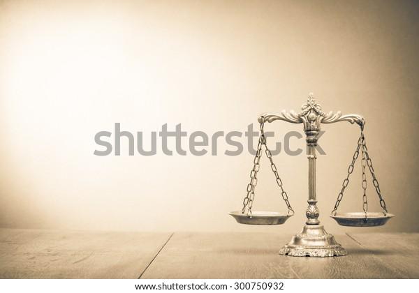 表上的復古定律規模。 正義的象徵 復古風格棕褐色照片