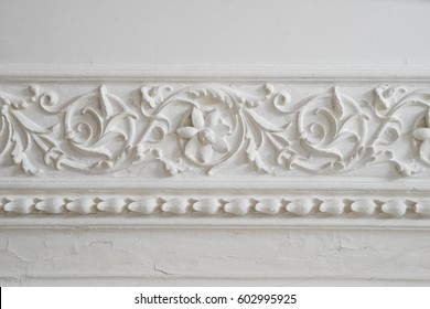 Retro moldings on the ceiling around the room.