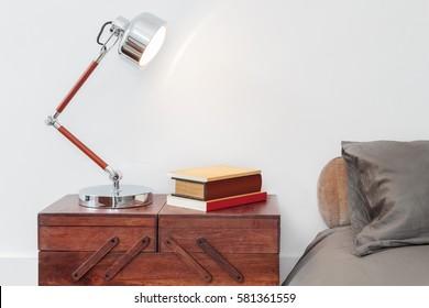 Retrostil-Tisch mit Lampen und Büchern