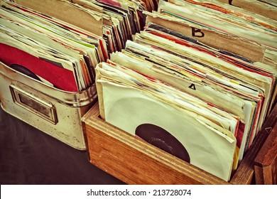 Retro gestyled afbeelding van dozen met vinyl draaitafel platen op een vluchtmarkt
