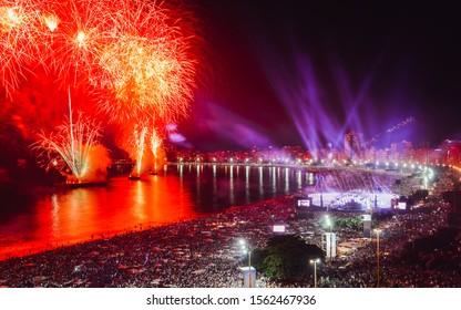 Les fêtards, aussi bien locaux que touristiques, apprécieront le feu d'artifice époustouflant du Nouvel An le long de la plage de Copacabana, Rio de Janeiro, Brésil. Le plus grand parti au monde. Longue exposition flou délibéré