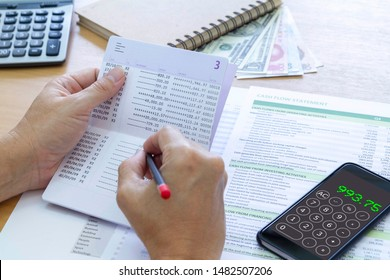 Revisión del balance de cuenta de ahorro de la cuenta bancaria y del análisis de estado de flujo de efectivo para obtener un rendimiento de la inversión, el rendimiento de la inversión y el rendimiento del negocio