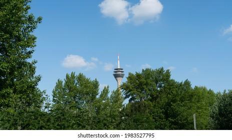 Rheinturm Tower in Düsseldorf Deutschland bei bewölktem Himmel