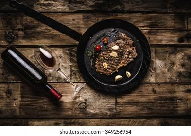 Rib eye steak with garlic, pepper and red wine