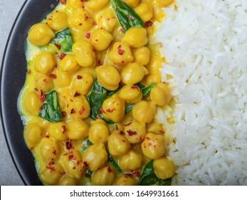 riz, pois chiches au lait de coco et curry. plat végétarien