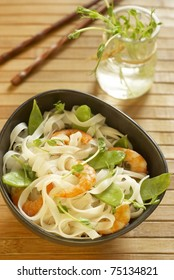 Rice noodles with shrimps and peas