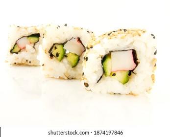 Reis-Sushi auf weißem Hintergrund