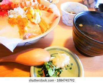 様々な魚介類(魚介類の丼セット)を持つご飯