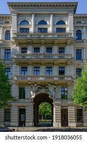"""Riehmers Hofgarten"" (""Riehmer's Courtyard Gardens"") in Berlin: Decorated portal to the ""Yorkstrasse"""