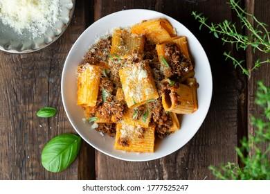 rigatoni Pasta mit ragu Bolognese Sauce, Parmesan und Basil