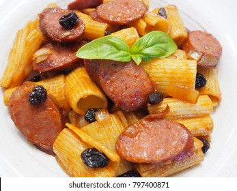 Rigatoni with sausage and raisin
