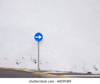right only sign close to white wall