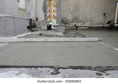 rigone to smooth the concrete on a building site