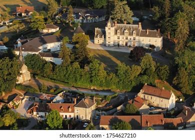 Château de Rilly-sur-Loire et village vu du ciel, département de Loir-et-Cher (41), région du Centre-Val-de-Loire, France