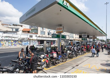 RIO DE JANEIRO, Brazil   May, 27th, 2018  Drivers truck strike An anti-  Rio's motorbikers stay on line to fuel due the gasoline shortage