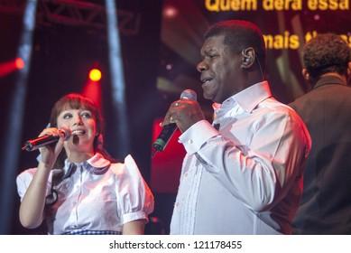 RIO DE JANEIRO - DEC 1: Malu Rodrigues as Dorothy and Brazilian singer  Emilio Santiago perform at Event 17 Arvore de Natal Bradesco Seguros, December 1, 2012 in Rio de Janeiro, Brazil